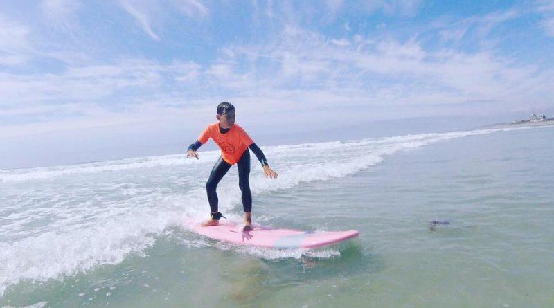 Jeune surfeur de l'ecole de surf 461 en Bretagne