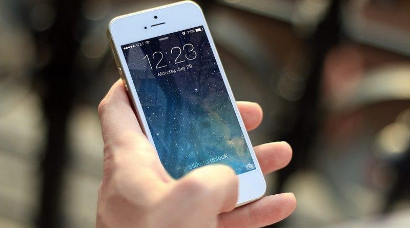 Personne tenant un iPhone