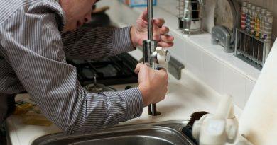 Plombier et robinet d'évier