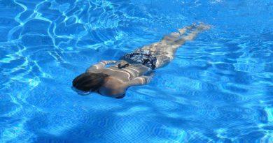 Femme nageant la tête sous l'eau dans une piscine