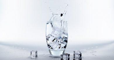 Verre d'eau et glaçons